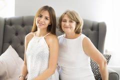 Étreinte mûre de femme avec la fille de jeune adolescent Images libres de droits
