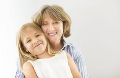 Étreinte mûre de femme avec la jeune fille Photos libres de droits