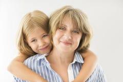 Étreinte mûre de femme avec la jeune fille Photographie stock libre de droits