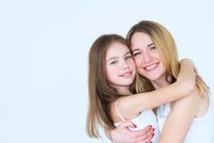Étreinte serrée de famille d'amour d'amitié de fille de mère Image stock