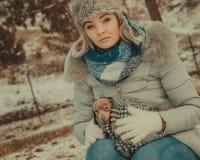 Étreinte triste de fille chauffant son chien dans le jour froid image libre de droits