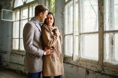 Étreintes affectueuses d'un couple et avec un regard de sourire à l'un l'autre inside Photos stock