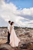 Étreintes affectueuses de couples à l'arrière-plan des montagnes rouges L Photographie stock