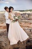 Étreintes affectueuses de couples à l'arrière-plan des montagnes rouges L Images stock