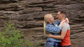 Étreintes affectueuses de couples dans la perspective de roche banque de vidéos