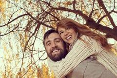 Étreintes, baisers et amour en automne Photographie stock libre de droits