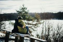 Étreintes de couples de bonheur Le jeune homme étreint la fille en hiver Photos libres de droits