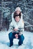 Étreintes de couples dans la forêt d'hiver Photographie stock libre de droits