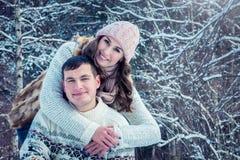 Étreintes de couples dans la forêt d'hiver Photo stock