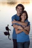 Étreintes de couples par un étang - verticale Image libre de droits