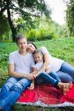 Étreintes de famille en parc Photo libre de droits