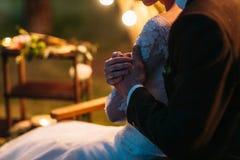 Étreintes de jeunes mariés dans les lumières molles de soirée Photos libres de droits