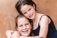 Étreintes de portrait de cousines de jeunes filles photographie stock