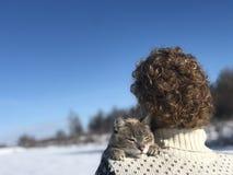 Étreintes de propriétaire d'animal familier sur l'épaule image libre de droits