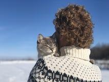 Étreintes de propriétaire d'animal familier sur l'épaule photos libres de droits