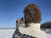 Étreintes de propriétaire d'animal familier sur l'épaule images stock