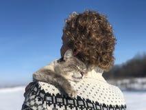 Étreintes de propriétaire d'animal familier sur l'épaule images libres de droits