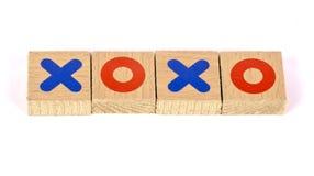 Étreintes et baisers écrits avec les blocs en bois Photo stock