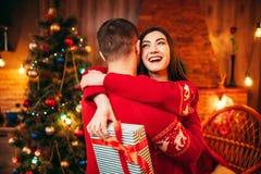 Étreintes heureuses de couples d'amour, vacances de Noël Photo stock
