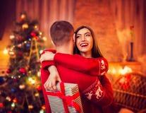 Étreintes heureuses de couples d'amour, vacances de Noël Image libre de droits