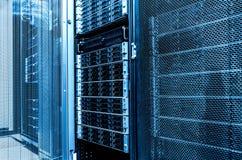 Étroit à l'intérieur de la pièce de serveur de données Support de mémoire à disque d'unité de disque dur de capacité élevée Serve image libre de droits