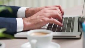 Étroitement, centre sélectif, des mains masculines dactylographiant sur le clavier banque de vidéos