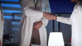 Étroitement des mains des spécialistes donnant des salutations entre eux dans le laboratoire clips vidéos