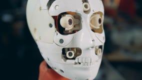 Étroitement du déplacement de la bouche et des yeux du robot banque de vidéos