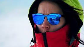 Étroitement du visage de la femme tout en naviguant sur un bateau banque de vidéos
