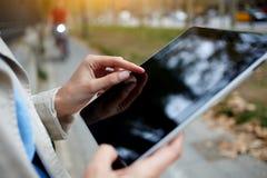 Étroitement l'image de la fille de hippie travaille sur l'ordinateur portable avec l'écran vide de l'espace de copie Image stock