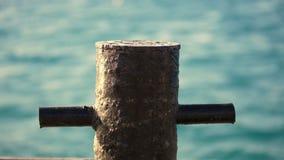 Étroitement, la borne de amarrage rouillée vieil en métal est un petit poteau sur le pilier auquel le navire est attaché, un yach clips vidéos