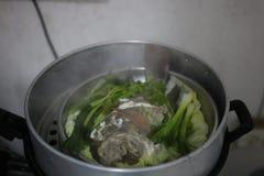 Étroitement, poissons cuits à la vapeur, légumes verts chauds dans le four, nourriture délicieuse images libres de droits