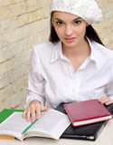 Belle fille d'étudiant utilisant un béret. Photo libre de droits