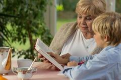 Étude avec la grand-mère image stock