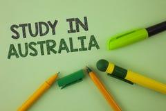 Étude d'écriture des textes d'écriture dans l'Australie Diplômé de signification de concept de la grande opportunité d'outre-mer  Photos stock