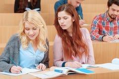 Étude d'étudiantes à l'université Image libre de droits