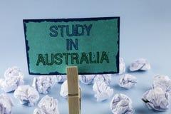 Étude d'apparence de signe des textes dans l'Australie Diplômé conceptuel de photo de la grande opportunité d'outre-mer d'univers Image libre de droits