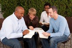 Étude de bible de groupe du ` s d'hommes Petit groupe multiculturel Images stock