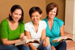 Étude de bible de groupe du ` s de femmes petite Petit groupe multiculturel Photos stock