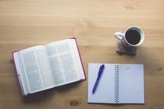 Étude de bible de vintage avec la vue de stylo à partir du dessus Image libre de droits