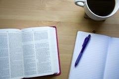 Étude de bible de vintage avec la vue de stylo à partir du dessus avec du café photographie stock