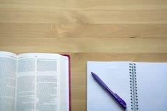 Étude de bible de vintage avec la vue de stylo à partir du dessus avec du café Images stock