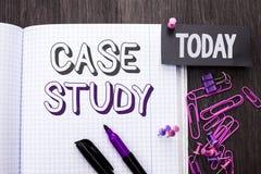 Étude de cas des textes d'écriture L'analyse de l'information de recherches de signification de concept observent qu'apprendre di Photos libres de droits
