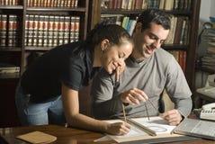 Étude de couples dans la bibliothèque - horizontale Photos stock
