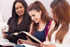 Étude de dévotion de la bible des femmes Photo stock