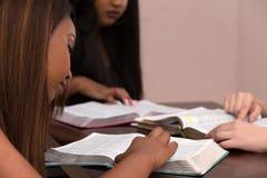 Étude de dévotion de la bible des femmes images stock