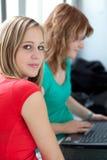 Étude de deux étudiants universitaires/fonctionnant Photos stock
