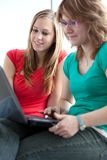 Étude de deux étudiants universitaires/fonctionnant Image stock