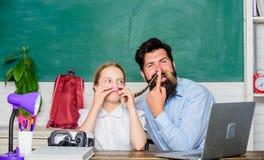 Étude de fille avec le père enseignement conventionnel technologie innovatrice à l'école moderne ère numérique avec la technologi image stock