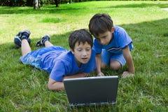 Étude de garçons sur l'ordinateur Photographie stock libre de droits